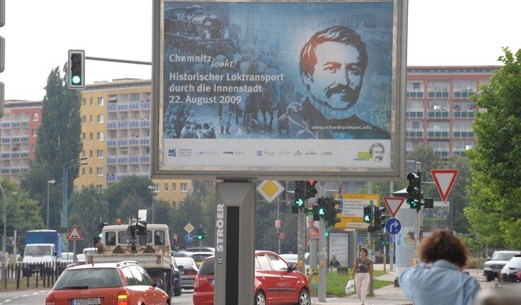"""<p class=""""artikelinhalt"""">Auch an der Theaterstraße hängt jetzt ein so genanntes Megalight. 35 der beleuchteten Werbetafeln zeigen seit dieser Woche in Chemnitz und Umgebung das Konterfei von Richard Hartmann.</p>"""