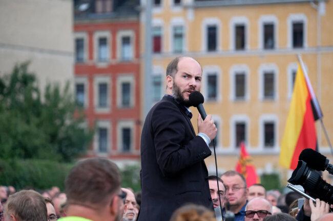 Martin Kohlmann von Pro Chemnitz spricht bei einer Demonstration vor dem Stadion des Chemnitzer FC.