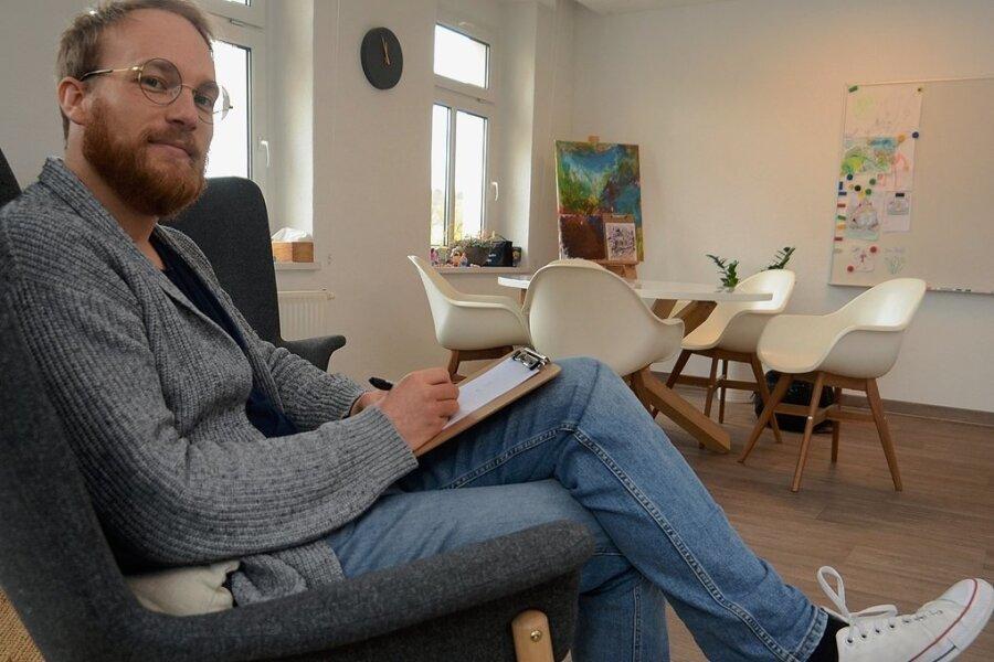 Ken Schönfelder in seiner Praxis am Auerbacher Altmarkt: Es kommen deutlich mehr junge Patienten als vor Corona. Foto: Joachim Thoß