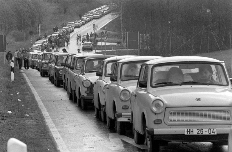 Eine schier endlose Schlange von DDR-Autos (Trabant oder Trabi und Lada) staut sich vor dem Grenzübergang bei Schirnding (Bayern) an der deutsch-tschechoslowakischen Grenze, aufgenommen am 5. November 1989. Der erste Kleinwagen Trabant aus der DDR ist am 07.11.2017 vor 60 Jahren vom Band gelaufen.