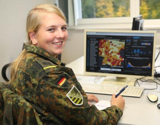 Hauptgefreite Amber Klein ist die einzige Frau im Team der Bundeswehr, das im mittelsächsischen Gesundheitsamt in Mittweida derzeit tätig ist. Voraussichtlich bis Ende November helfen Soldaten im Corona-Kontaktnachverfolgungsteam.