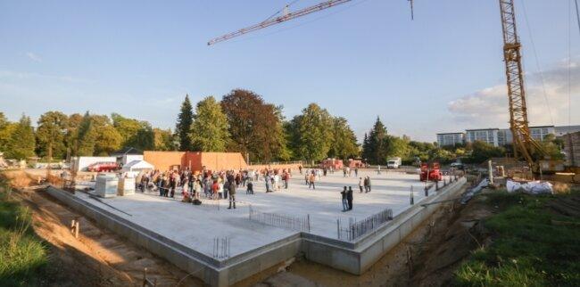 Im Beisein von etwa 150 Gästen ist der Grundstein für eine Zweifeldhalle in Hartmannsdorf gelegt worden, rechts im Hintergrund das Diakomed-Krankenhaus.