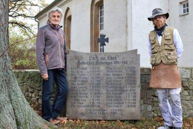 Dieter Prüstel (links) und Andreas Scherzer am Kriegerdenkmal von Rudelswalde. Die Restaurierungsarbeiten wurden in den vergangenen Wochen durchgeführt.