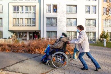 Die K&S Seniorenresidenz in Plauen: Angehörige können sich um die Bewohner kümmern, in den Besucherraum im Gebäude darf nur ein Besucher mit einem Heimbewohner.