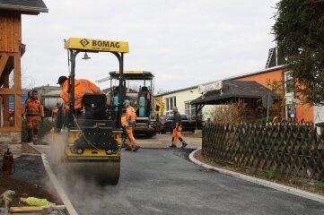 Nach Abschluss der Asphaltarbeiten wurde der Gartenweg am Montag wieder freigegeben. Er ist jetzt bis zum Abzweig saniert.