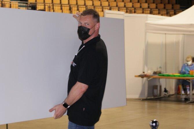 In der Stadthalle Zwickau ist der Abbau schon im Gange. Jan Fiedler packt mit an. Bis Sonntagabend besteht noch die Möglichkeit, sich gegen Corona immunisieren zu lassen. Das geht ohne Termin