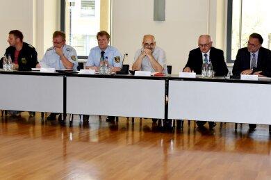 Bürgermeister sowie Vertreter von Feuerwehr, Vogtlandkreis und Geschäftsleitung informierten am Montag zum aktuellen Stand nach dem Großbrand bei GTO.