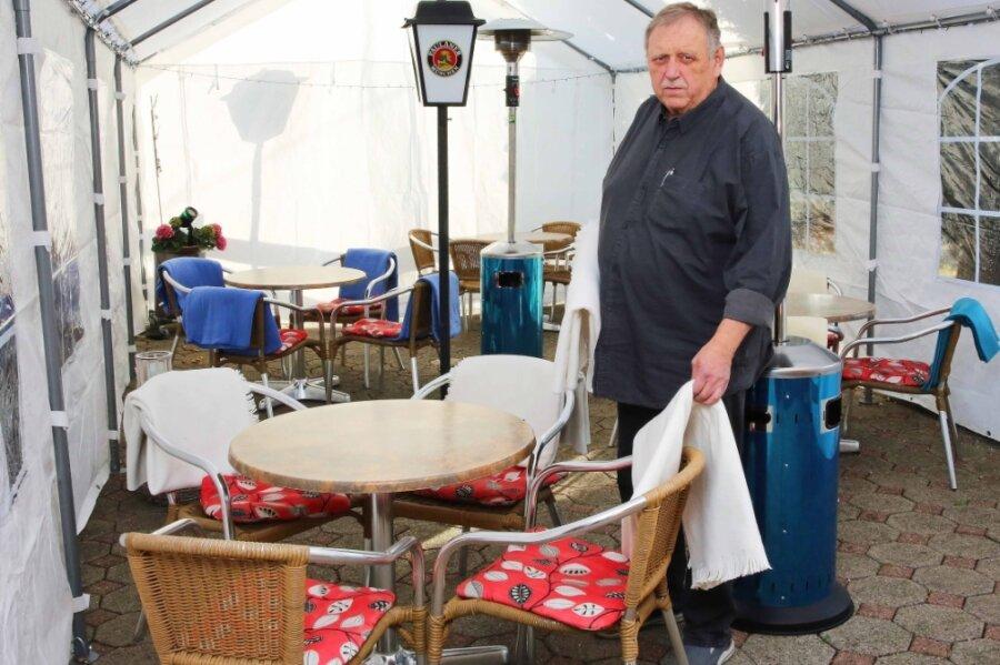 """Rudolf """"Acki"""" Ackermann hat an die """"Pleißenburg"""" ein großes Zelt angebaut, um für den zu erwartenden Ansturm an den Weihnachtsfeiertagen zusätzlichen Platz zu schaffen. Jetzt bleibt das Lokal vorerst zu."""
