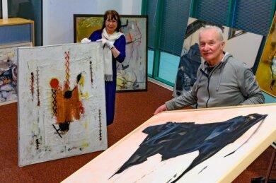 Neue Gemälde, Zeichnungen und Objekte von Axel Wunsch (rechts) und Fritz Schönfelder, dessen Witwe Brigitte Schönfelder auf dem Bild zu sehen ist, werden in die Sammlung aufgenommen.