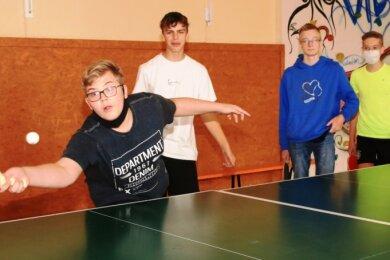 Die Jungs der neunten Klassen spielten in der alten Turnhalle Tischtennis im Rundlauf, dem so genannten Chinesisch.