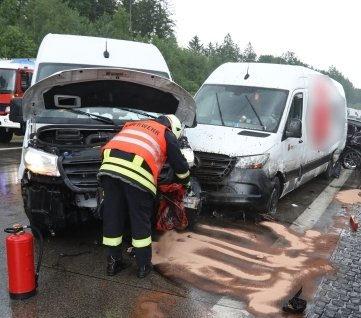 Unter anderem diese zwei Mercedes- Transporter sind ineinander gefahren.