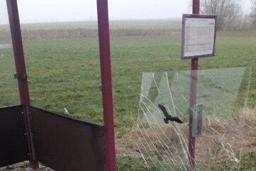 Die zerstörte Scheibe an der Bushaltestelle.