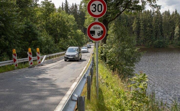Der Schwarze Teich bei Elterlein kann seit Ende 2019 nur noch einspurig passiert werden.