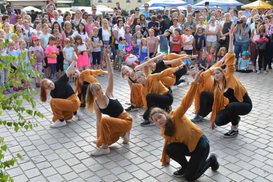 Tänzerinnen des TSV Schwarz-Weiß Freiberg e.V. bei ihrem Auftritt.