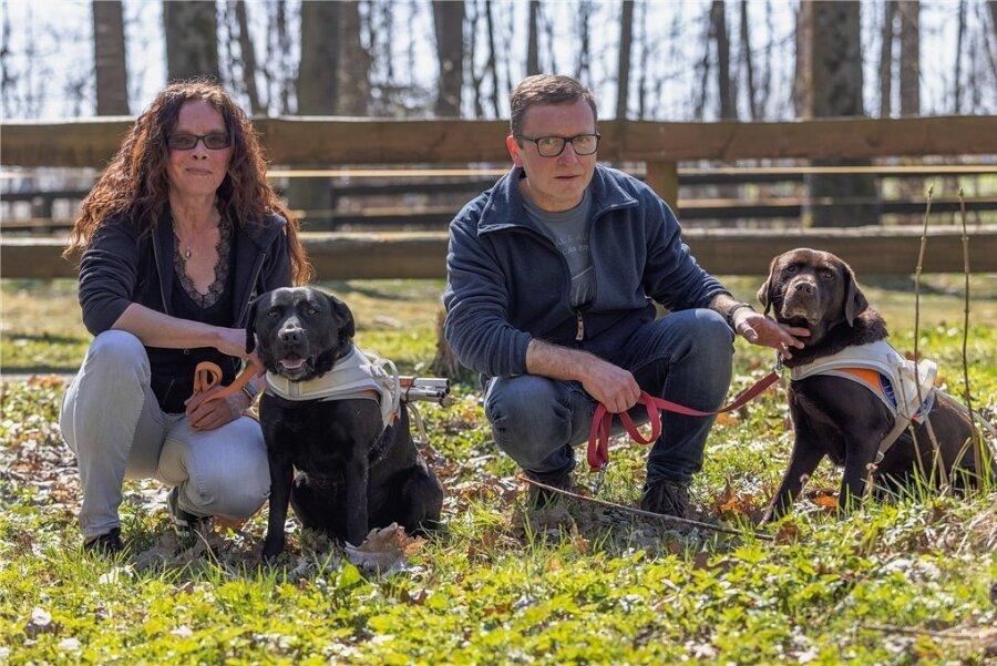 Sie erblindete nach einem Autounfall, er infolge einer Erkrankung: Judith Dolny Tröger mit ihrem Hund Kim und Frank Grunert mit seinem Hund Juma.