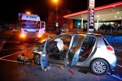 Aus bislang ungeklärter Ursache stieß der Renault in den Lkw.