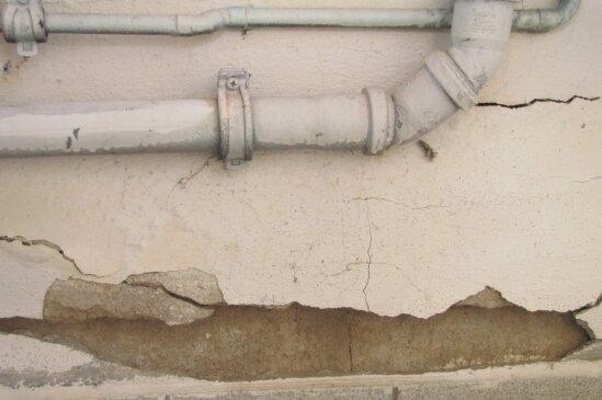 In den schmucklosen Innenräumen bröckeln Putz und Farbe von feuchten Wänden.