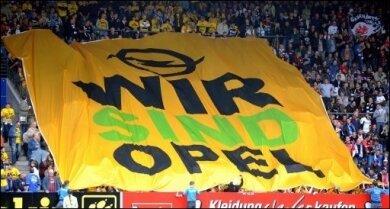 Im Dreikampf um eine Beteiligung an Opel sind erste Informationen zu den Angeboten bekannt geworden: Alle Konzepte sehen laut einem Zeitungsbericht Stellenabbau vor, zudem wollen die Opel-Interessenten hohe Staatsbürgschaften. Das Archivfoto zeigt eine Solidaritätsaktion für Opel im Bochumer rewirpowerStadion.