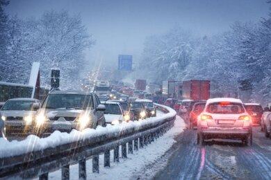 Stau im Winter und weder Ausweg, noch Ladesäule in Sicht: Dieses Szenario lässt manchen zweifeln, ob die Anschaffung eines Elektroautos sinnvoll ist. Denn Reservebatterien analog zum Benzinkanister gibt es nicht.