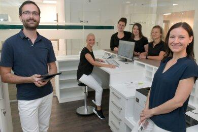 Am 1. Oktober 2020 öffnet die Gemeinschaftspraxis von Marcus und Anne Münch in Freiberg. Zum Team gehören die Schwestern Claudia, Beatrice, Corina und Carmen (h. v. l).