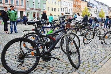 Beim Herbstflohmarkt versteigerte die Stadt Werdau auch zehn Fundfahrräder, die am Marktbrunnen zur Besichtigung aufgestellt waren.