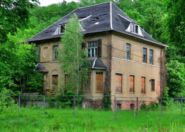 Die verfallene Kommandantenvilla im ehemaligen KZ Sachsenburg.