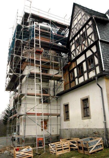 """<p class=""""artikelinhalt"""">Gegenwärtig wird der Turm am Treuener Schloss unteren Teils saniert. Risse und morsches Gebälk haben ihm zugesetzt. </p>"""