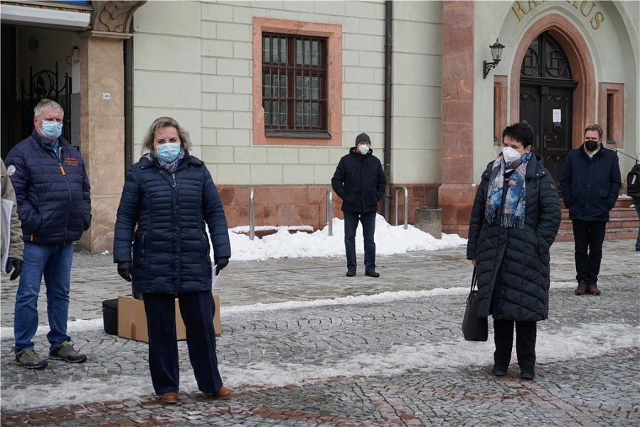 Veronika Bellmann (links) und Iris Firmenich (rechts) beantworteten am Montag vor dem Mittweidaer Rathaus die Fragen der Einzelhändler.