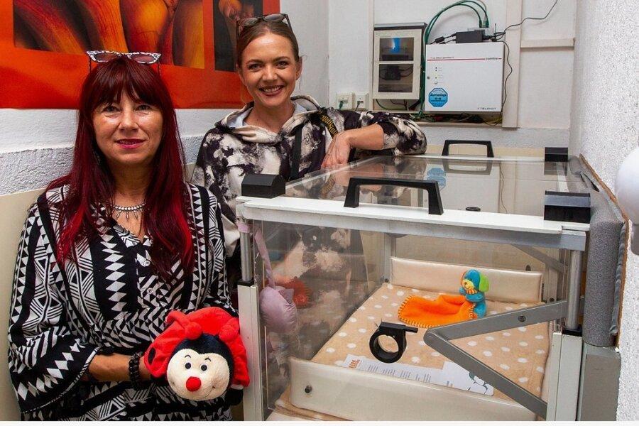 Karo-Vereinschefin Cathrin Schauer-Kelpin und Mitarbeiterin Eileen Schönheit (von links) hinter der Plauener Babyklappe. Vor gut einem Jahr wurde hier der bislang letzte Säugling dort abgelegt.
