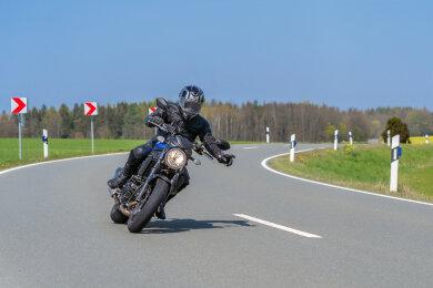 Die Linke zum Gruß - so können sich Motorradfahrer ab Montag in Sachsen wieder auf der Straße grüßen.