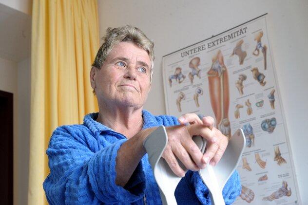 Gisela Plötz wartet in der Physiotherapie des Zeisigwald-Klinikums Bethanien in Chemnitz auf die Behandlung.