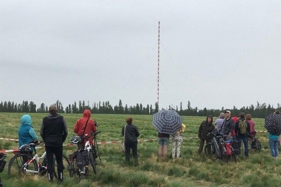 Eigentlich sollte der Turm bereits 9.45 Uhr fallen. Schaulustige versammelten sich, um die Sprengung zu beobachten.
