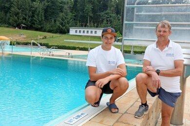 Schwimmmeister Kai König (rechts) ist stolz auf Etienne Oelsner, der am Samstag eine vierjährige Nichtschwimmerin gerettet hat, die vom Ein-Meter-Brett ins 3,80 Meter tiefe Wasser gesprungen war.