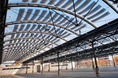 Zu den spektakulären Projekten gehört das mit dem deutschen Stahlbaupreis prämierte Membran-Solardach über dem Carport für den Abfallwirtschaftsbetrieb München.