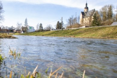 Die Weiße Elster bei Straßberg am Freitag. Der Wasserstand dort soll am Wochenende schon wieder sinken.