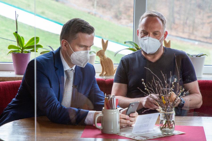 Sachsens Wirtschaftsminister Martin Dulig war zum Projektstart nach Augustusburg gekommen und testete mit Bürgermeister Dirk Neubauer nach dem absolvierten tagesaktuellen Schnelltest die Verfahrensweise im Restaurant im Freizeitzentrum Rost's Wiesen.