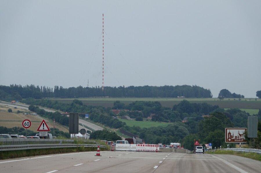 Die Autobahn ist gesperrt und der Turm steht noch. Bei der Sprengung gab es Probleme.