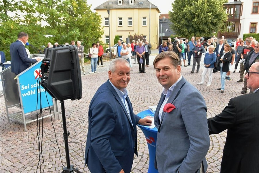 Wahlkampf-Auftakt: Bürgermeisterkandidat Mike Moncsek mit dem EU-Abgeordneten Maximilian Krah (rechts).