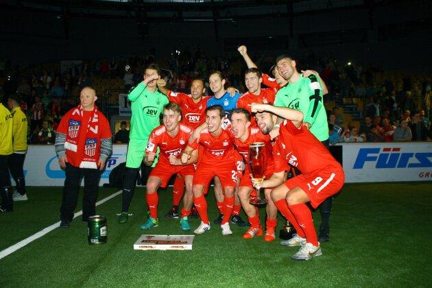 Siegten erneut beim Hallenmasters: Das Team des FSV Zwickau bejubelt den Turniersieg.