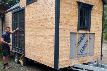 Das Tiny House ist 4 Meter hoch, 2,50 Meter breit, 5,50 Meter lang und besteht aus Fichtenholz.