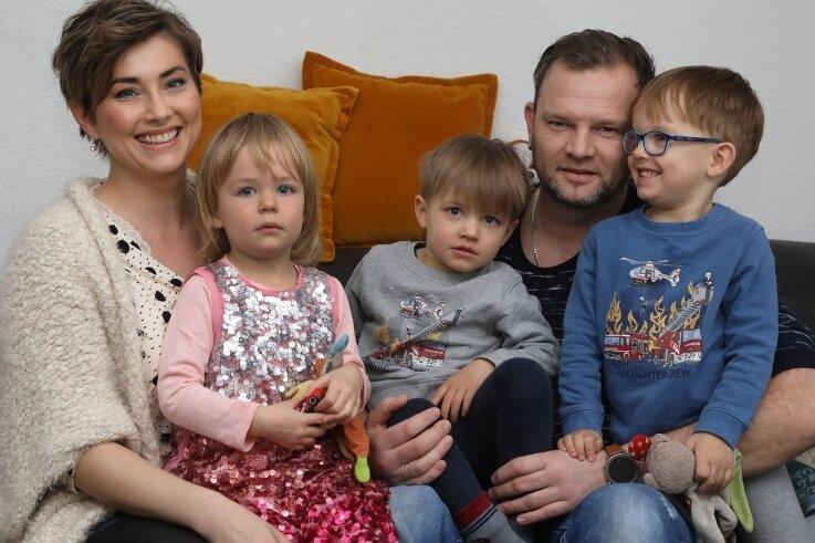 Marlene und André Pfeifer mit ihren Drillingen Stella, Robin und Luca (von links).