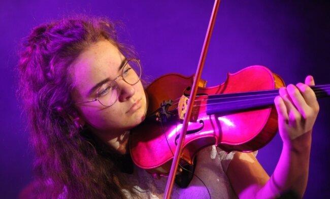 """Emma Pfau begeisterte bei """"Classics unter Sternen"""" in Zwickau das Publikum mit einer Romanze von Clara Schumann. Am Wochenende ist die 16-Jährige bei der Sommergala in Plauen zu erleben."""
