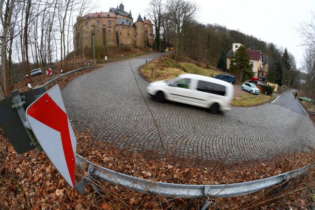 Die Trasse am Burgberg in Kriebstein ist mit 24 Prozent Steigung die steilste Kreisstraße Mittelsachsens. Schon seit nahezu einem Jahrzehnt ist der Ausbau und die Entschärfung dieser Kurve im Gespräch.