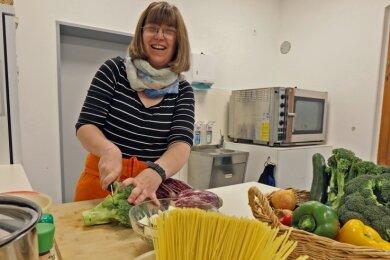Kristin Feige in der Küche des Lutherheims. Am Montag stand buntes Pfannengemüse mit Nudelnestern auf dem Speiseplan.