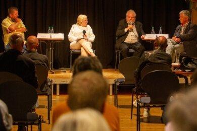 """Sven Gerbeth, Moderatorin Ilse Nagelschmidt, Lutz Rathenow und Joachim Günther diskutierten im Malzhaus zum Thema """"Einheit und Freiheit""""."""