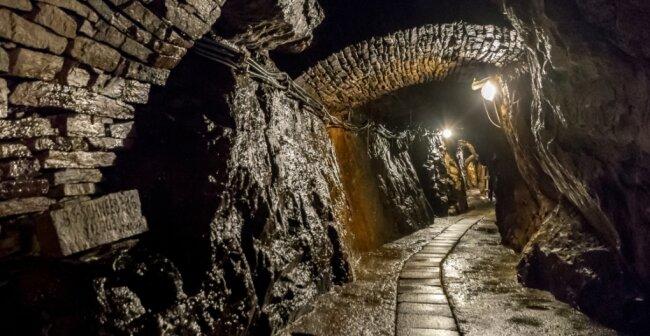Die Betonplatten, unter denen das Grubenwasser abläuft, werden durch Lichtgitterroste ersetzt.