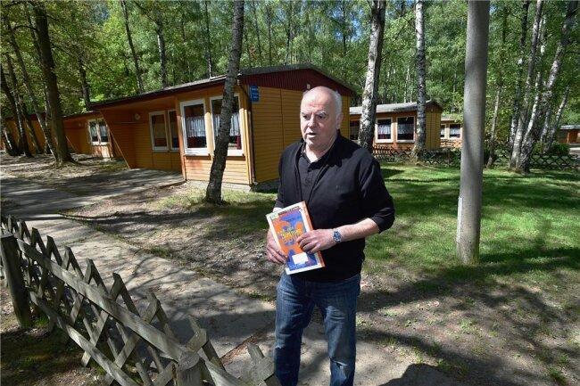 """Geschäftsführer Gunter Kosalla vor dem Feriendorf """"Hoher Hain"""" in Limbach-Oberfrohna."""