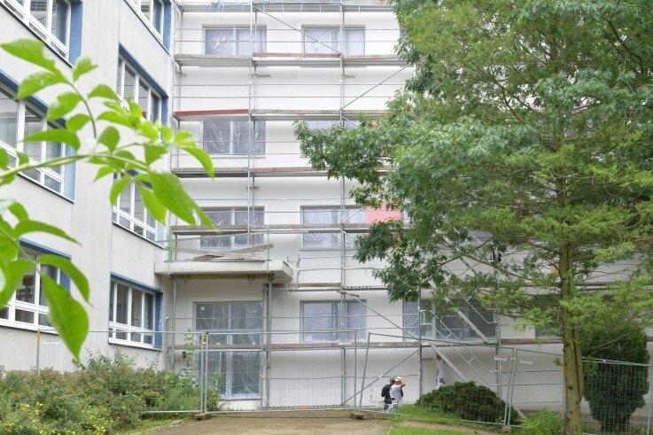 Der Haupteingang der Grundschule befindet sich künftig im Anbau. Der Giebel erhält demnächst noch eine Rettungstreppe.