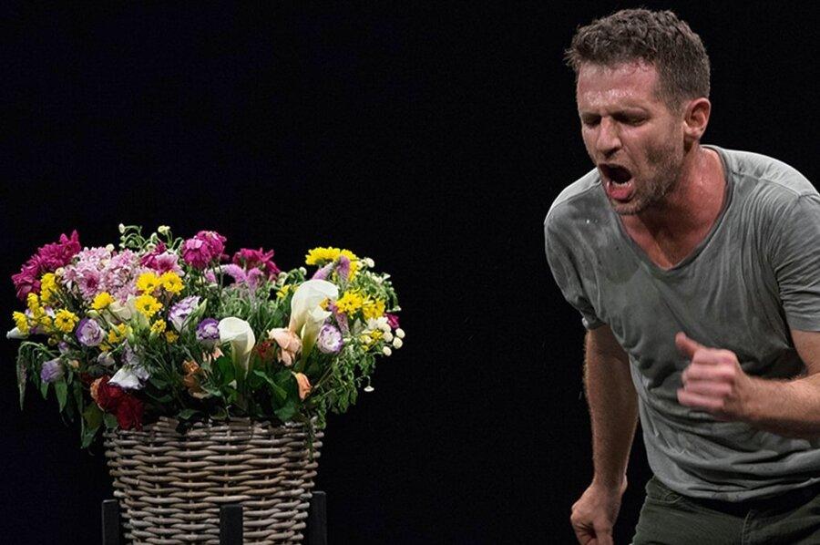 """Schöner Blumenstrauß - aber es wird kein gutes Ende mit ihm nehmen. Niv Sheinfeld im Tanzstück """"The Third Dance""""."""
