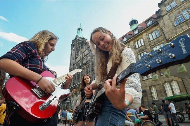 Erstmals beteiligt sich die Stadt Mittweida an der Fête de la Musique, einem bereits in Chemnitz etablierten Straßenmusikfestival. Dafür ist nun ein neues Datum festgesetzt worden: Freitag, der 25. September. Im Vorjahr spielten unter anderen Anne Hermsdorf (li.) und rechts Lydia Reichenberger von einer Schülerband der städtischen Musikschule in der Chemnitzer Innenstadt.